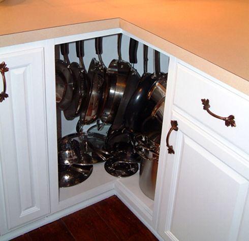 Крючки для посуды в угловом шкафу