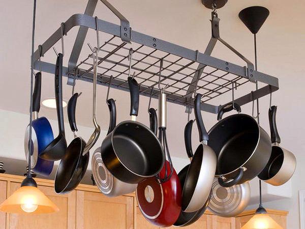 Кастрюли и сковородки под потолком