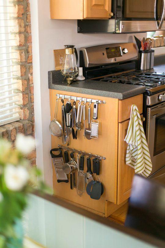 Крючки для кухонной утвари на боковой стенке шкафа