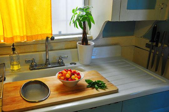 Разделочная доска на кухонной раковине