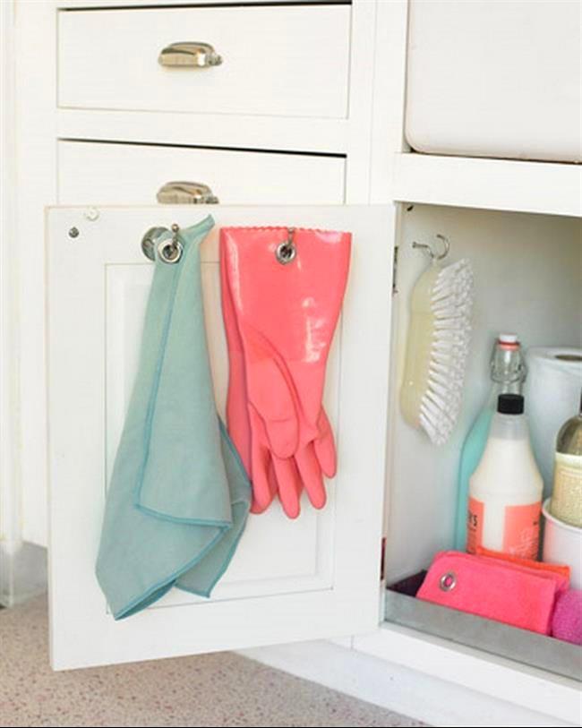 Прихватка и перчатки на внутренней стороне дверцы шкафа