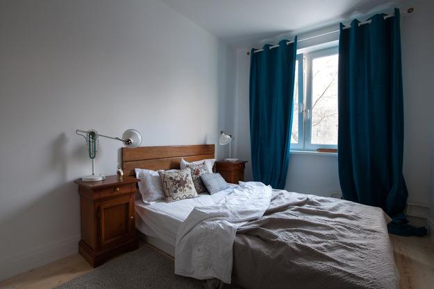 Голубые акценты в белой спальне
