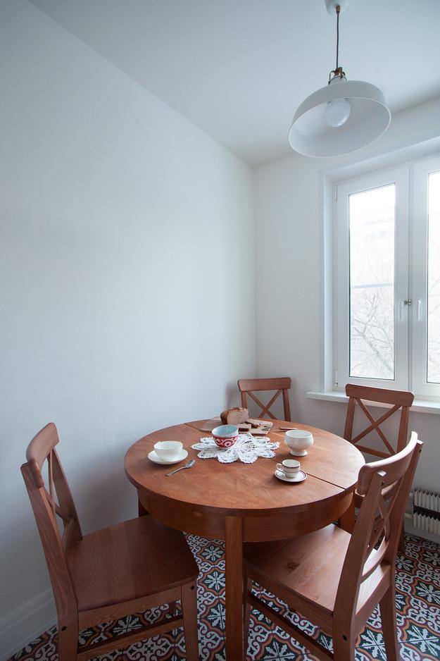 Круглый обеденный стол в столовой
