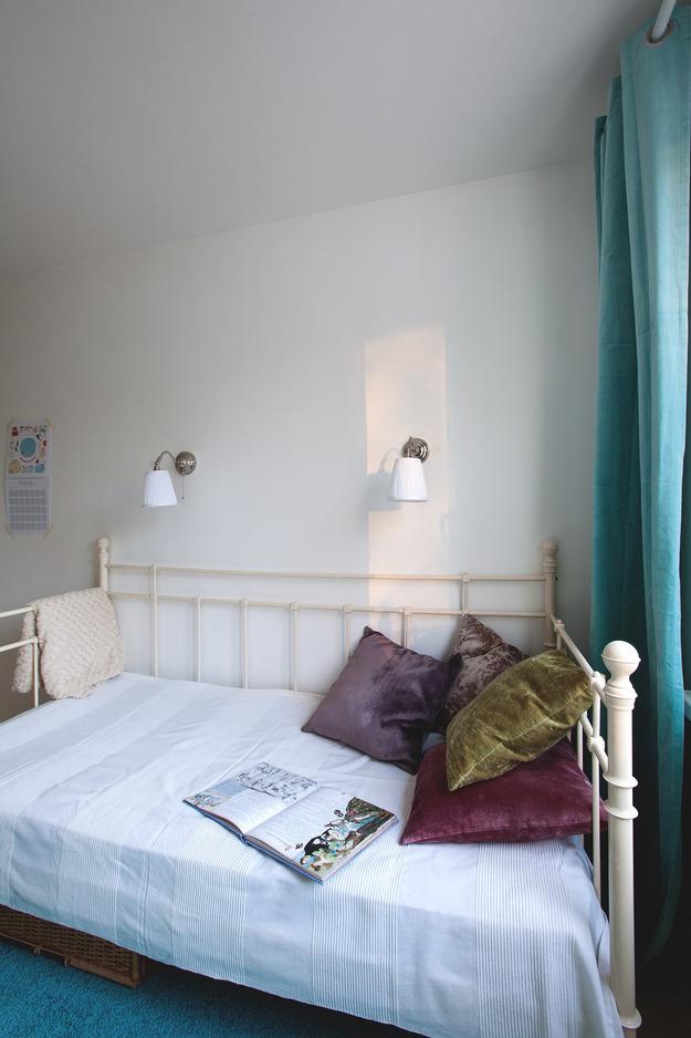 Белая спальня с голубыми акцентами