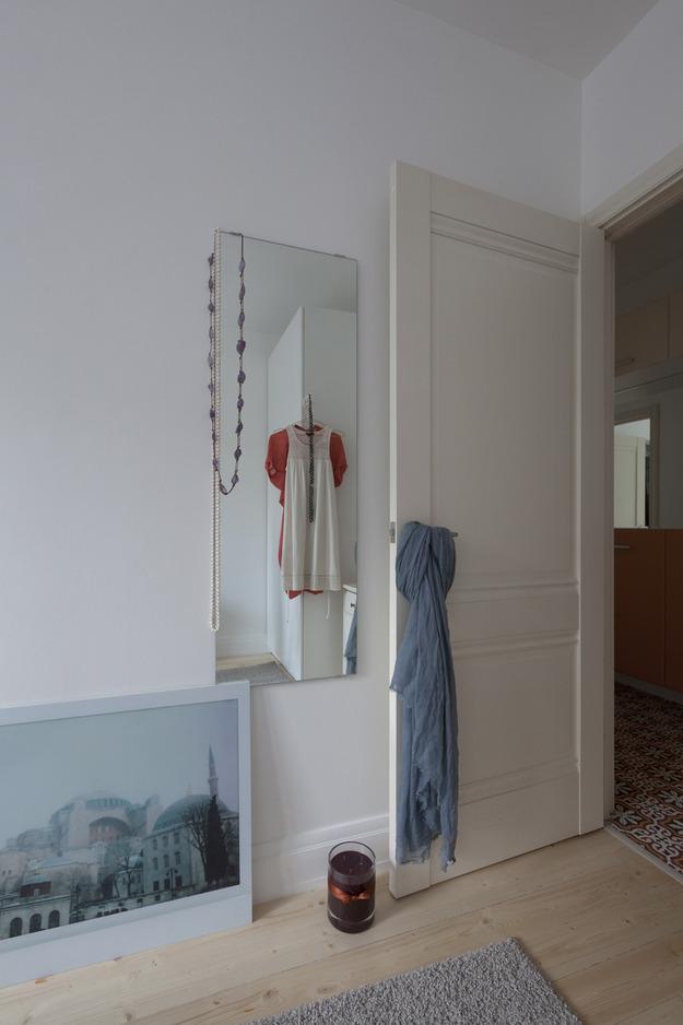 Большое зеркало на стене