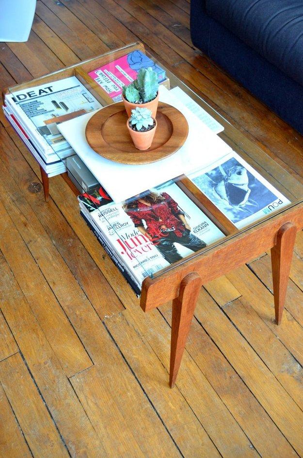 Журналы в столе под стеклом