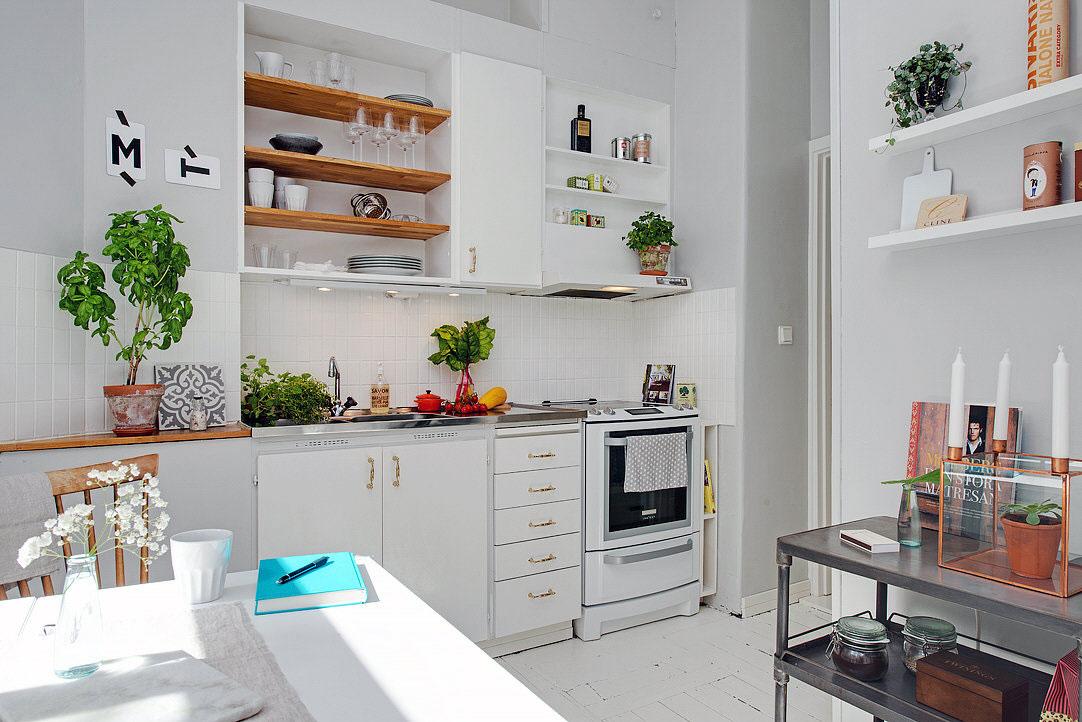 Интерьер маленькой кухни в белом цвете