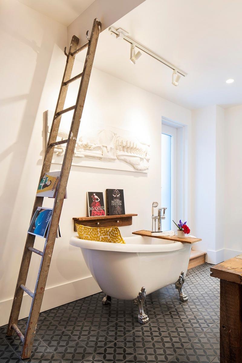 Лепнина на стене в интерьере ванной комнаты