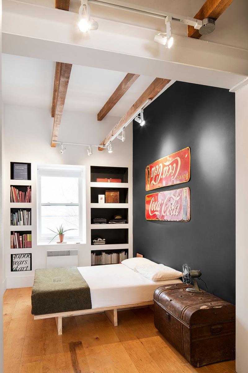 Старые вывески на стене в спальне