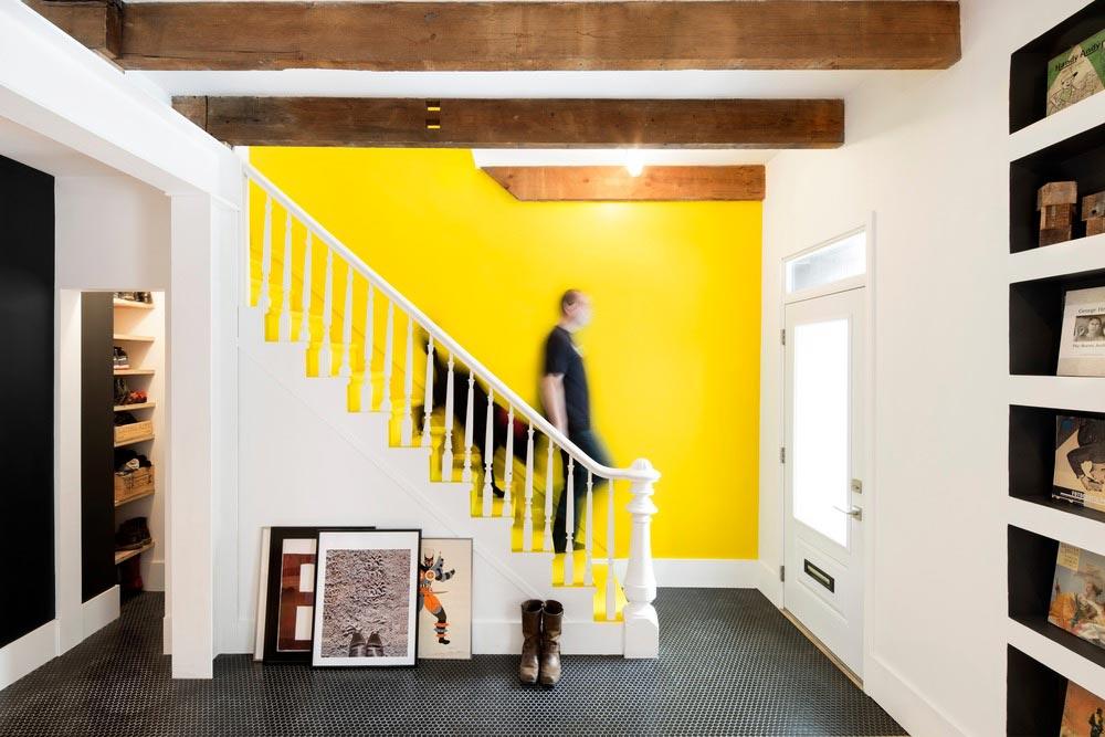 Яркая стена над лестницей и чёрный пол