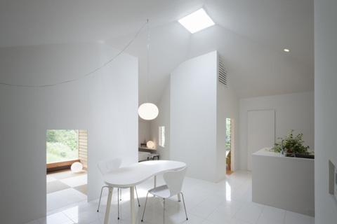 Интерьер маленького частного дома в белом цвете