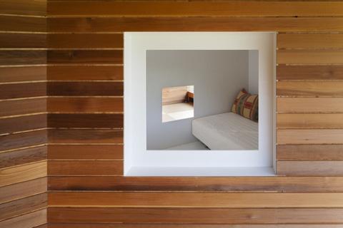 Окно в интерьере маленького частного дома