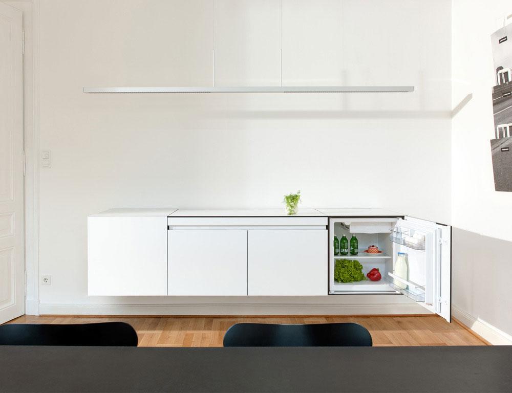 Стильный дизайн кухни небольших размеров - зелень на столике