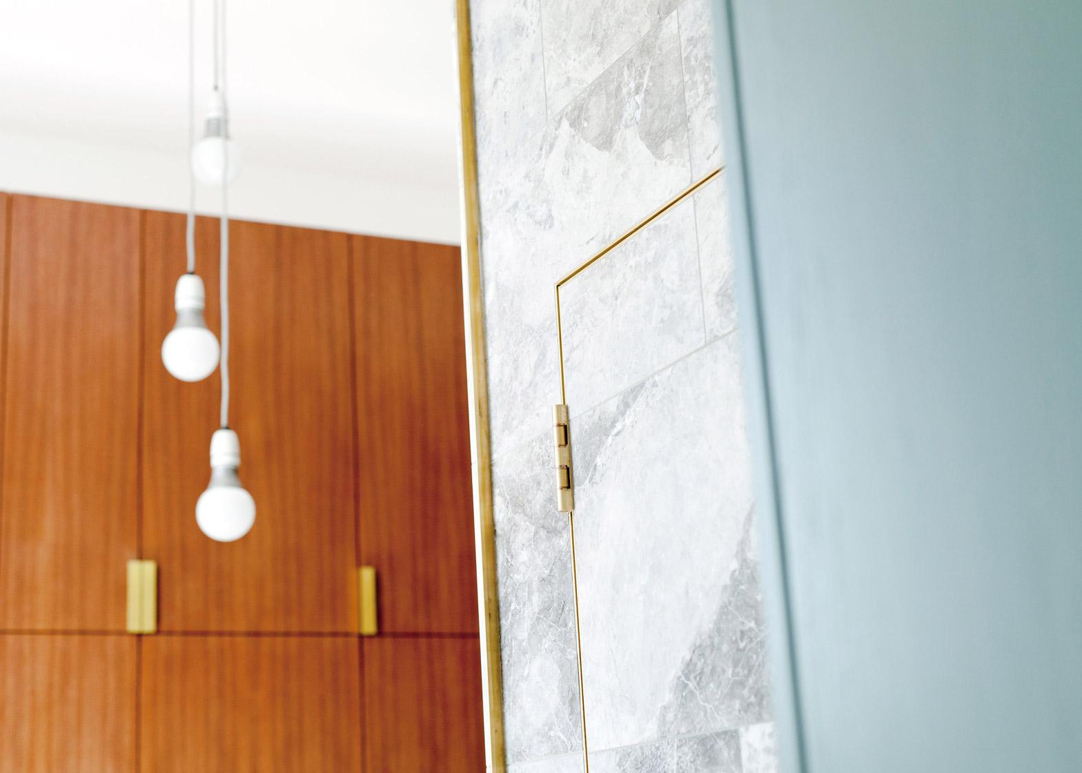 Мраморная плитка в отделке компактной квартиры