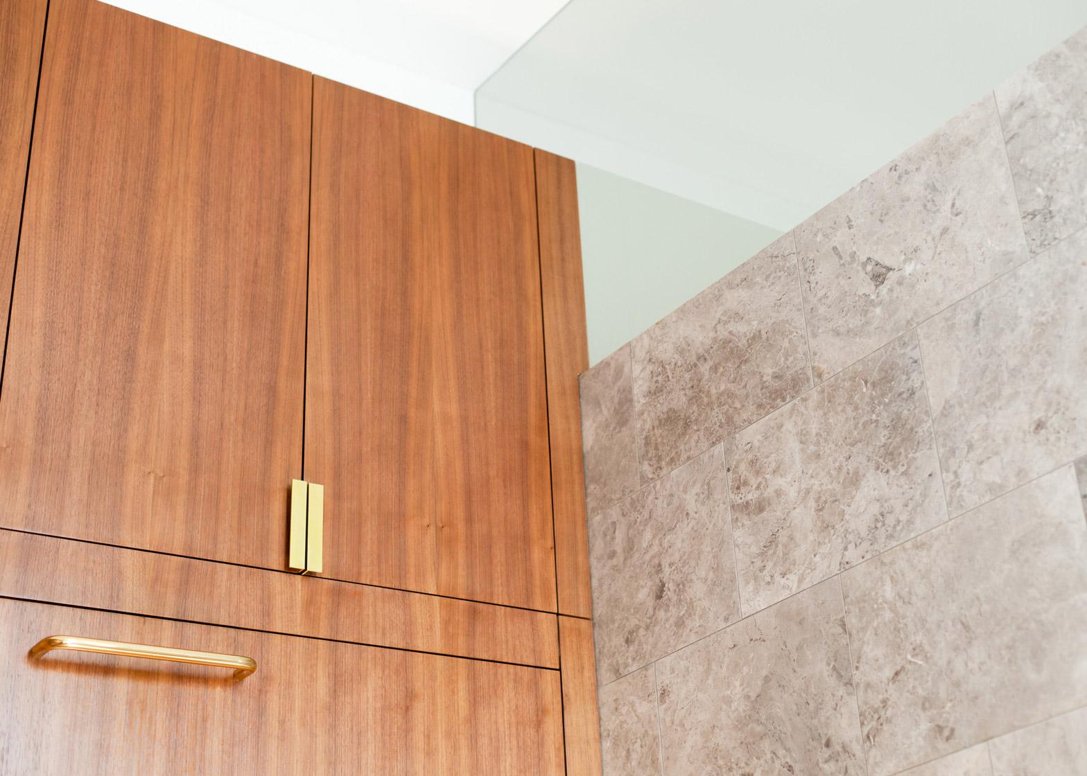Мраморная плитка на стенах компактной квартиры