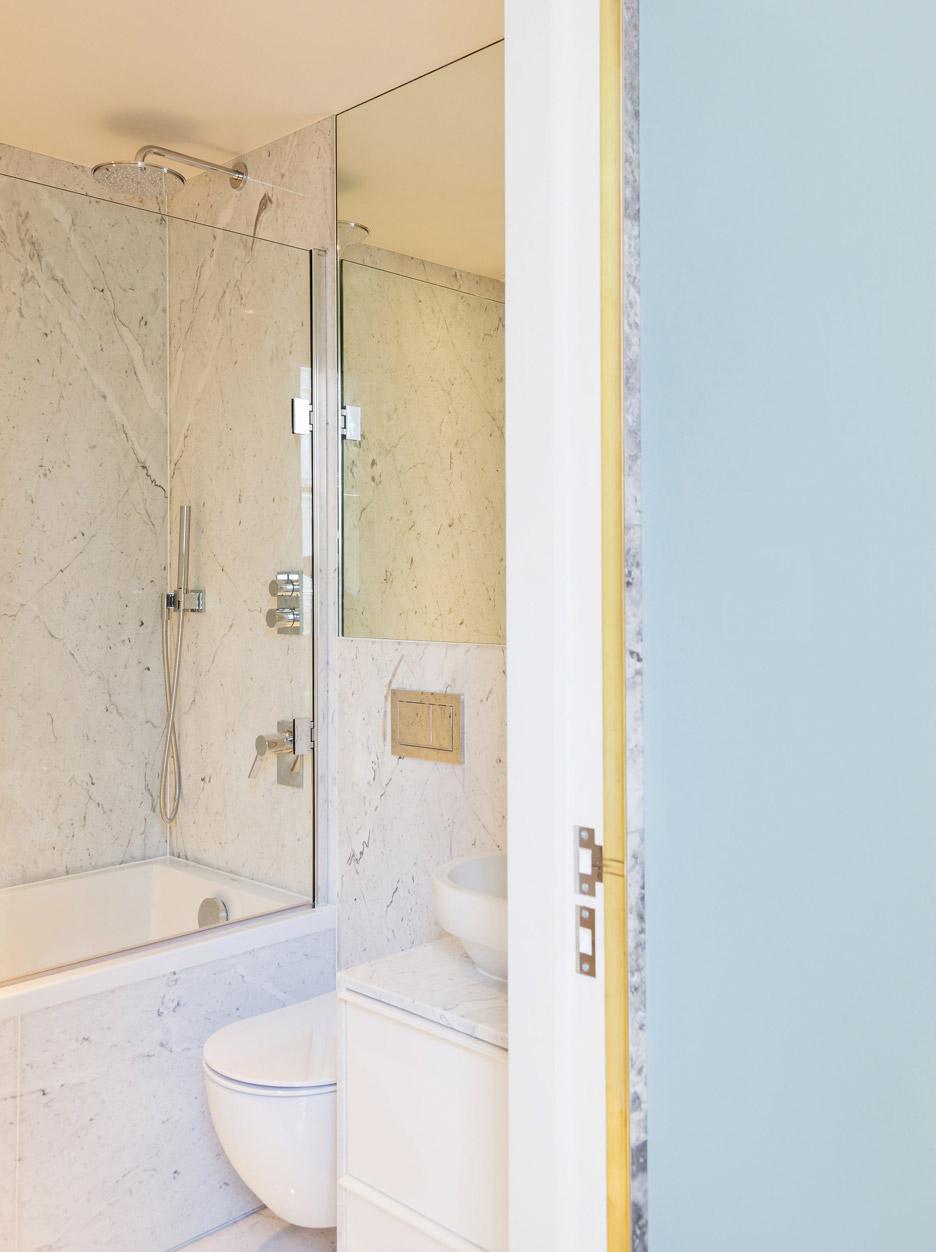 Отделка под мрамор в интерьере ванной