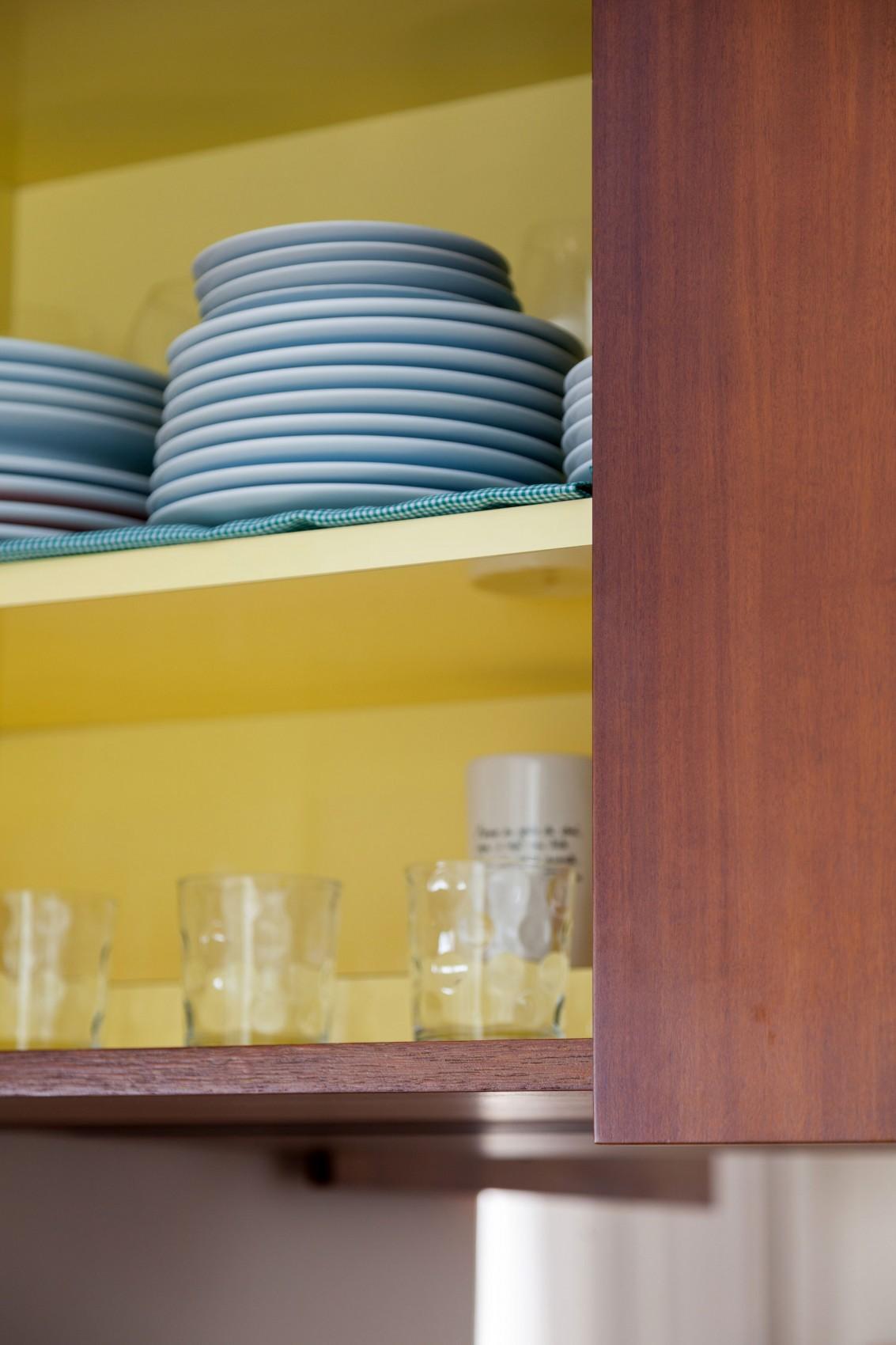 Посуда на полках в антресоли