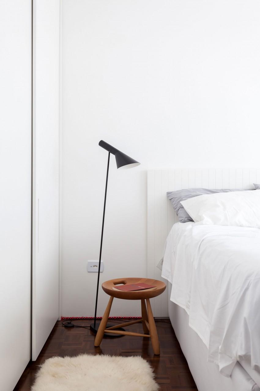 Торшер у кровати в спальне