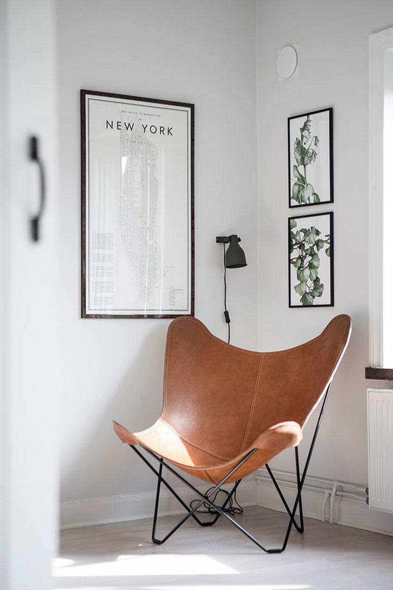 Кожаное кресло в углу