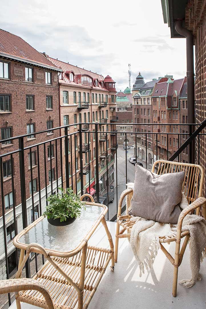 Маленький балкон с видом на город