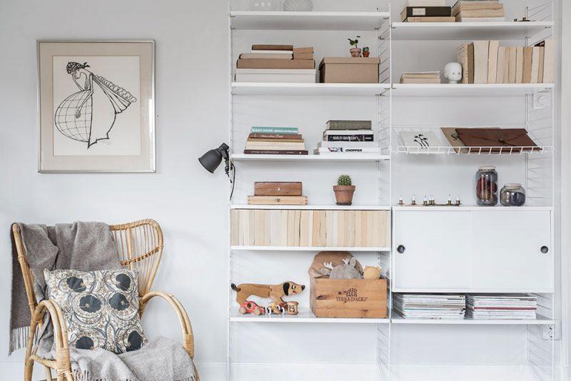 Открытые полки в интерьере белой квартиры