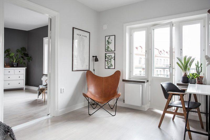 Кожаное кресло в углу кабинета