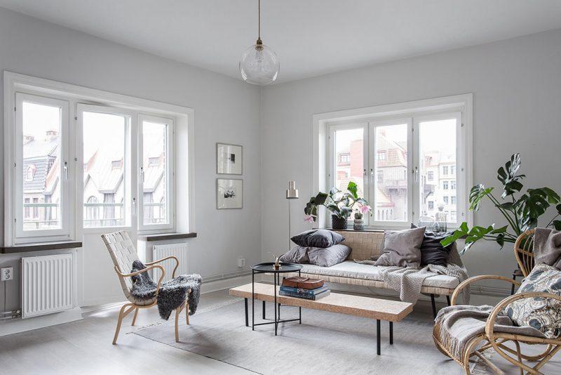 Интерьер квартиры в белом цвете с большими окнами