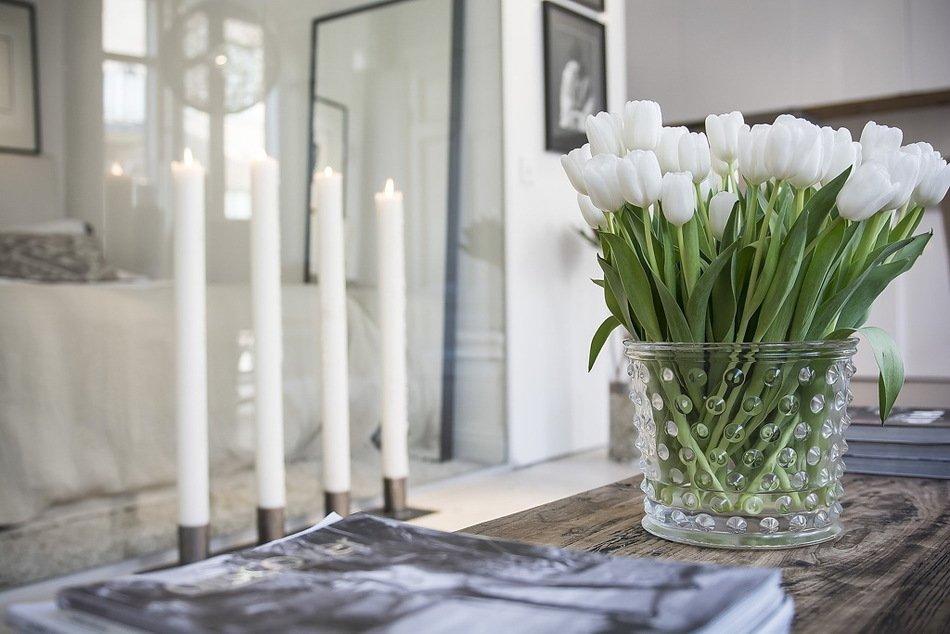 Букет тюльпанов на журнальном столике