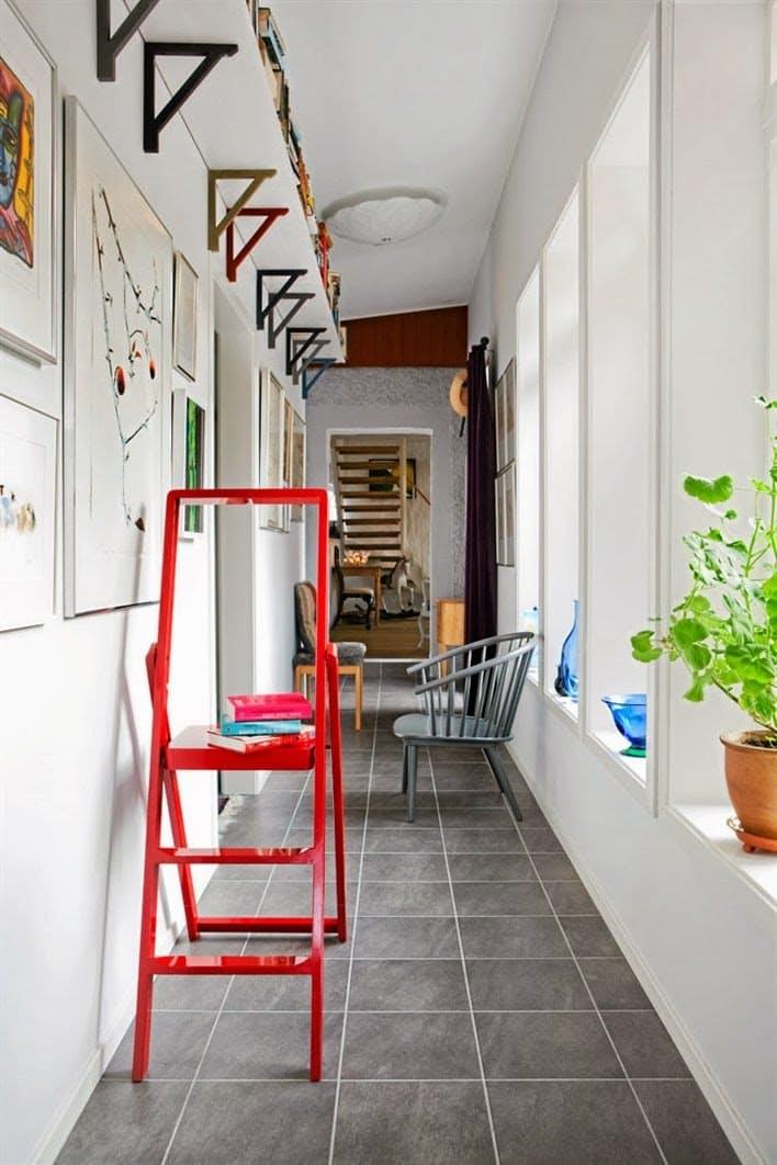 Яркая лестница в интерьере прихожей