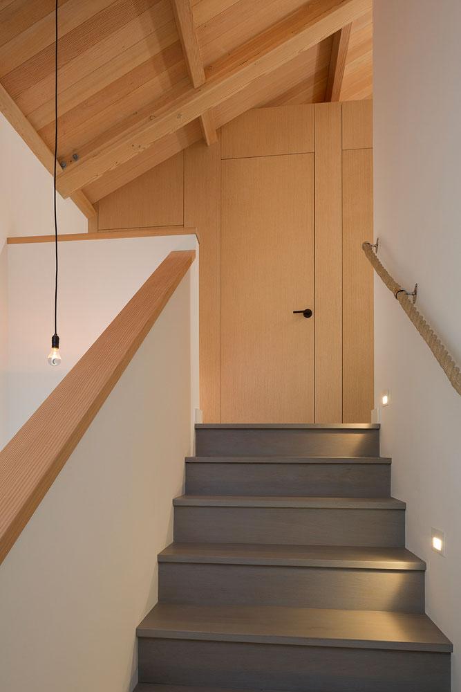 Интерьер маленького деревянного дома - лестница