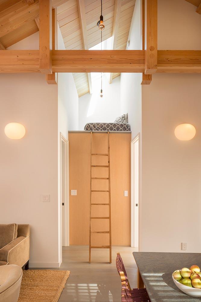 Интерьер маленького деревянного дома - второй уровень