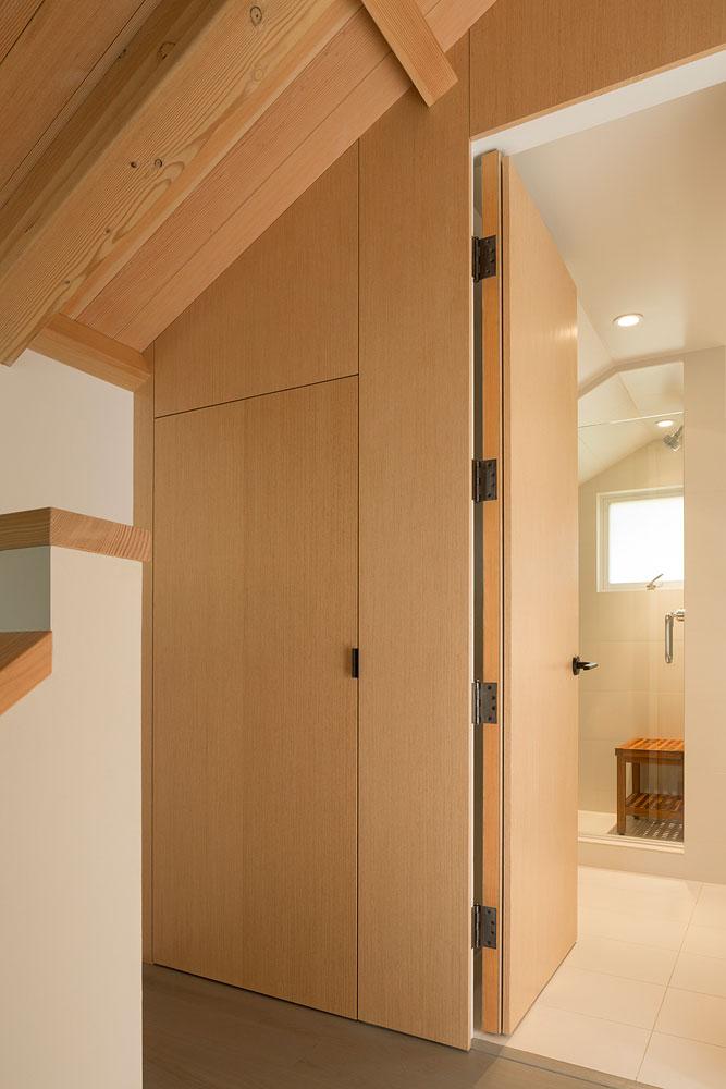 Интерьер маленького деревянного дома - ванная