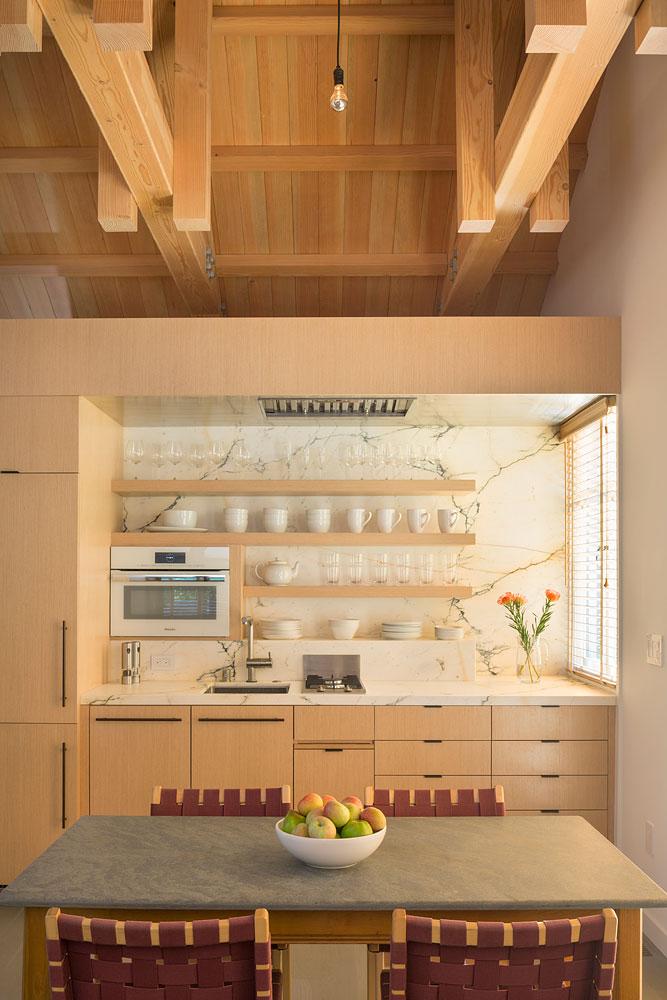 Интерьер маленького деревянного дома - кухня