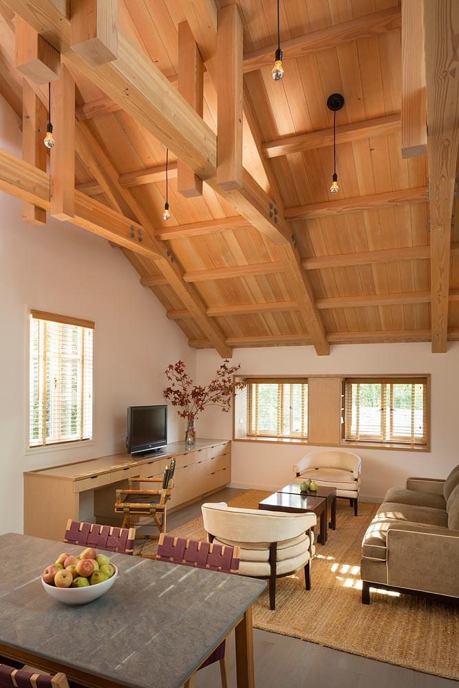 Интерьер маленького деревянного дома - гостиная