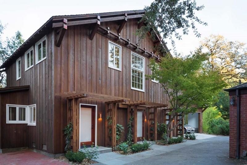 Интерьер маленького деревянного дома с гаражом