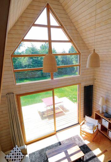 Стеклянное окно и двери в маленьком деревянном доме