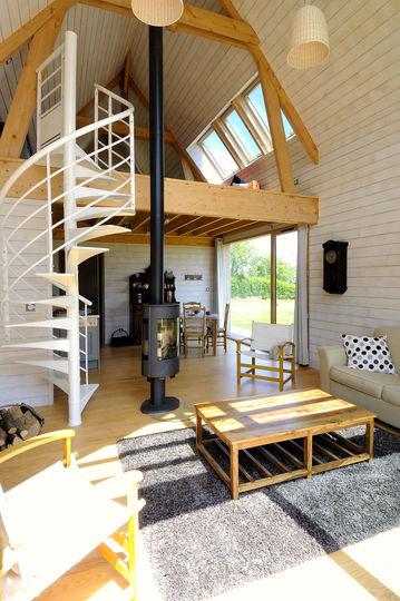Интерьер маленького деревянного дома в двух уровнях