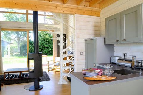 Интерьер кухни в маленьком деревянном доме