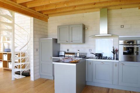 Кухня в маленьком деревянном доме