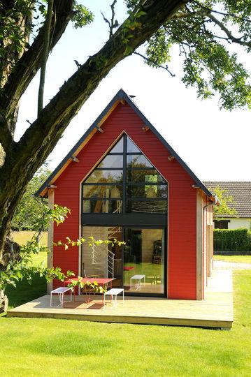 Интерьер маленького деревянного дома с большими окнами