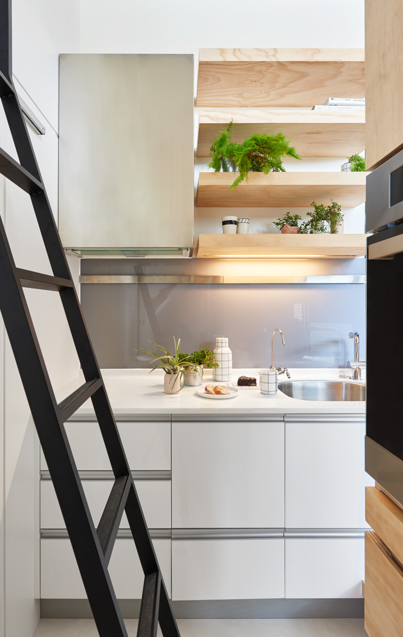 Открытые полки в интерьере маленькой кухни
