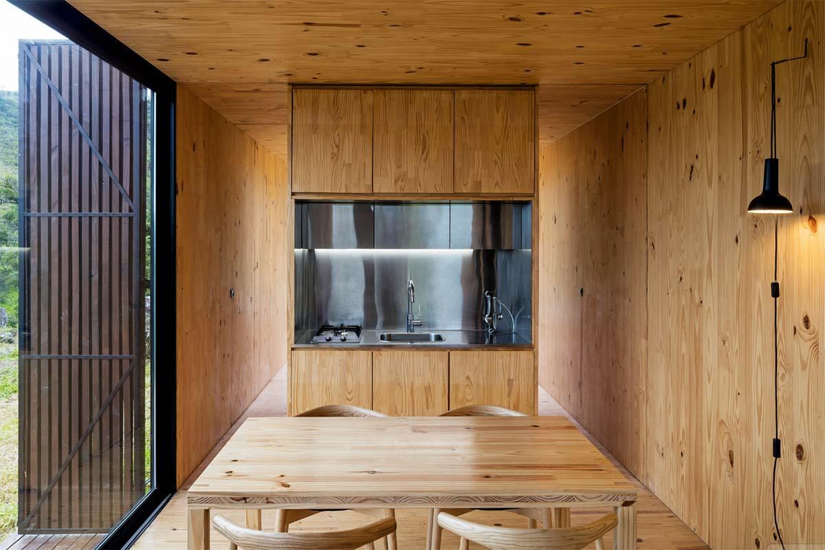 Интерьер маленького дома в светлом дереве