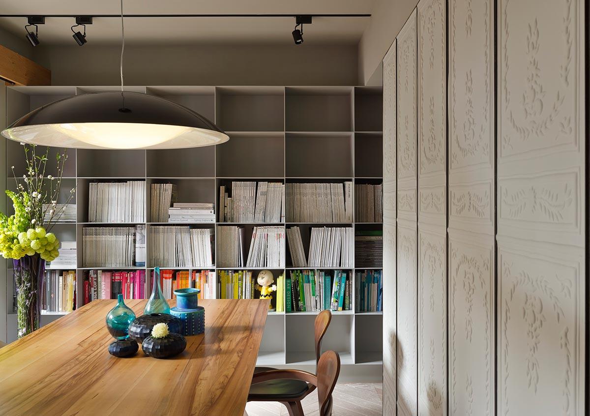 Большой книжный стеллаж на кухне