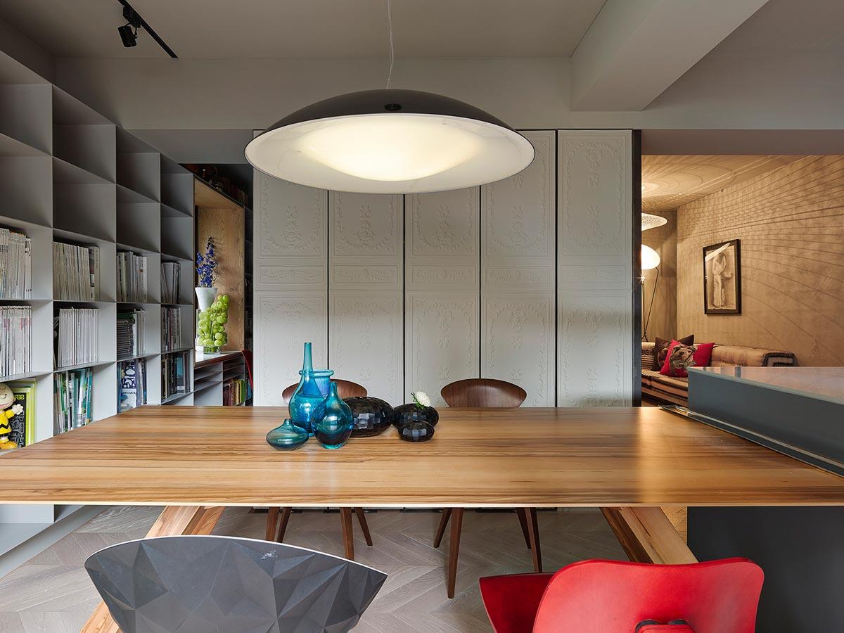 Большой обеденный стол в интерьере кухни