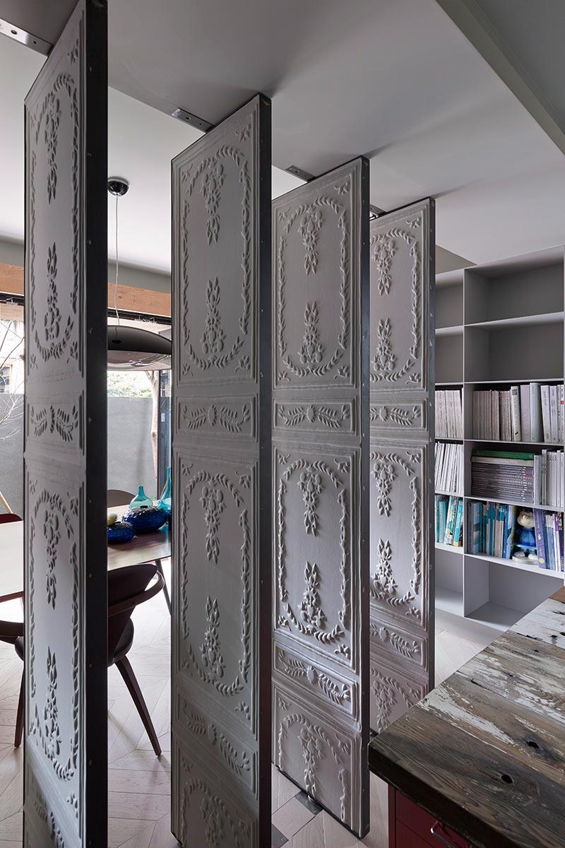 Вращающиеся панели в интерьере маленького дома