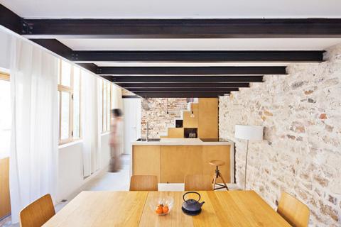 Деревянная мебель в интерьере маленького дома