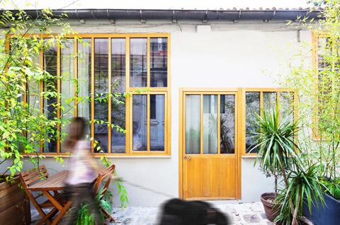 Входная дверь в маленький дом