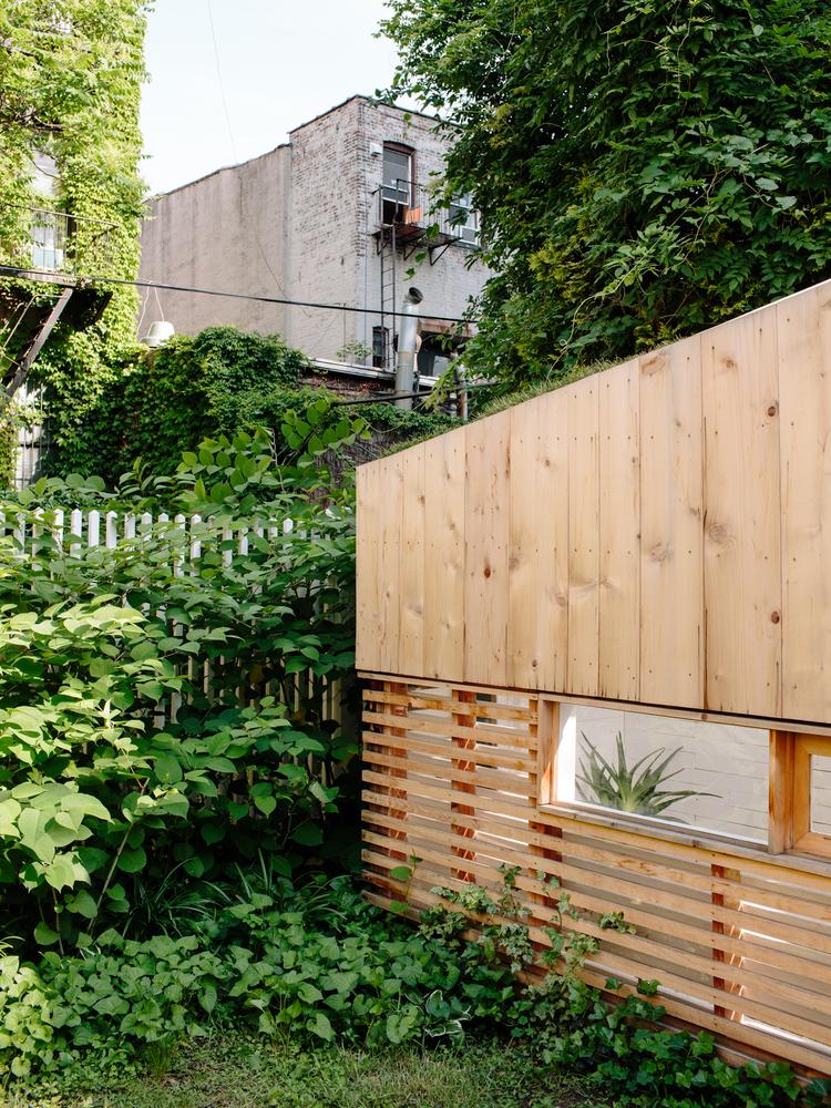 Экстерьер маленького домика в Бруклине
