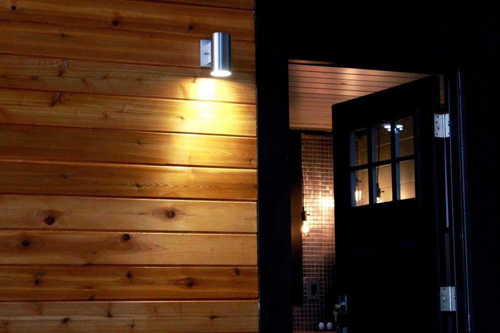 Входная дверь маленького домика