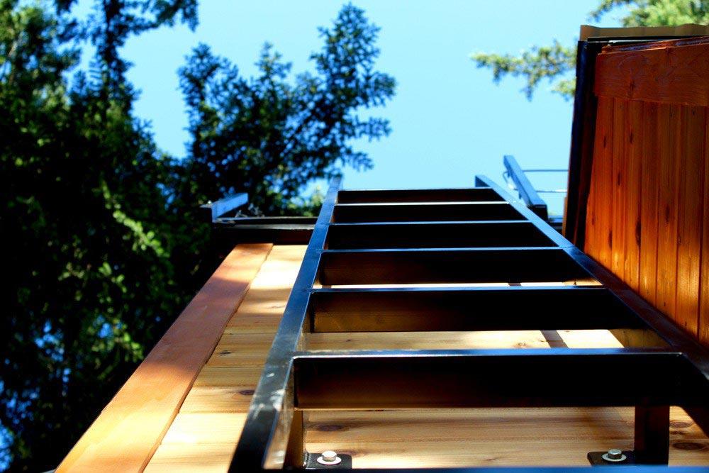 Лестница на фасаде маленького домика
